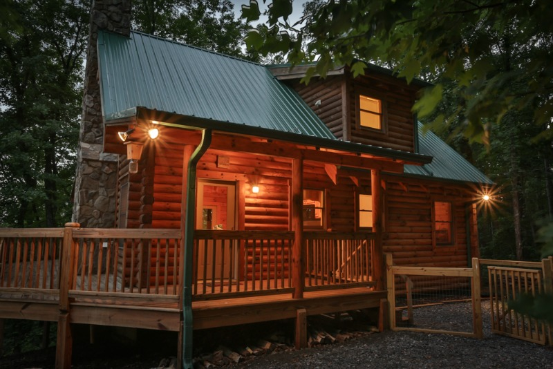 Check out this North Georgia Mountain Rental with fenced in pet area, hot tub and more